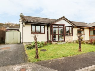 9 GOLWG Y CWM, sun room, enclosed garden, pet friendly, in Ammanford, Ref
