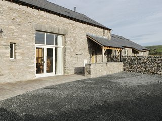 THE HAY BARN, en-suite, open plan, hot tub, Ref 968580