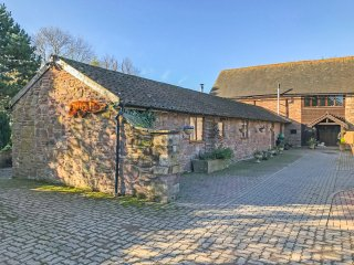 THE BYRE, ground floor annexe, king-size bed, lake in grounds, near Bodenham, Re