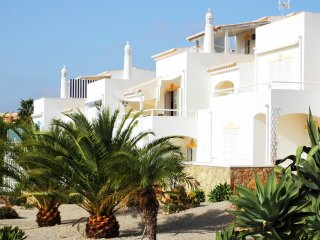 Casa Palmeira, delightful 2 bed with communal pool and air-con