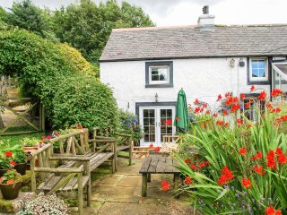 FELL COTTAGE, pet-friendly, character, woodburner, garden, in Sandale near