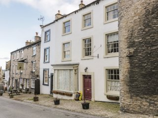 THE BOLT HOLE, central location, charming interior, close to village amenities