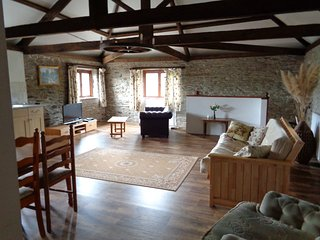 The Hayloft, 6 miles to Looe & dog friendly Seaton Beach, country retreat (1 BR)
