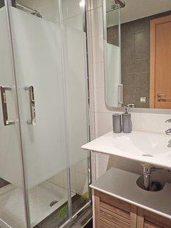 Lavabo con ducha y totalmente equipado