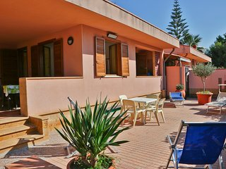 WELL-LIT MEDITERRANEAN VILLA WITH VERANDA AND GARDEN ONLY 50 METERS FROM THE SEA