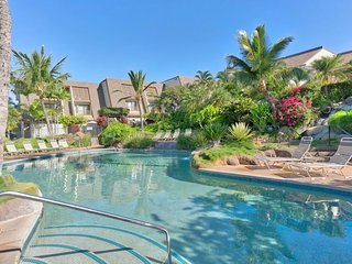 Just across the road from the beach w/ access to pool and hot tub