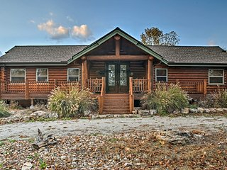 Huge Log Cabin w/Deck - 5 Mins to Table Rock Lake!