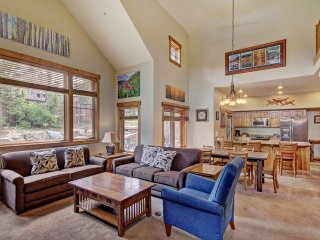 Cosmopolitan Decor + Spacious 3Br in Downtown Breck Sleeps 8