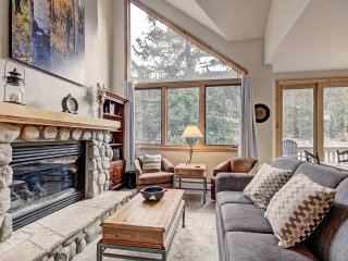 Lovely 3 Bedroom, 3 Story Townhome Close to the Slopes with a Private Hot Tub!