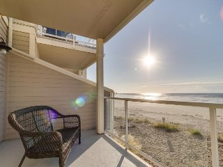 Oceanfront townhouse with 3 decks, Twin Rocks views, & fireplace - dogs welcome!