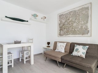 Peter's place apartment in Corralejo with WiFi, private parking & shared garden.