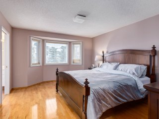 Spacious 4 BDRM Hse, 15 Mins Downtown Free Parking + WiFi