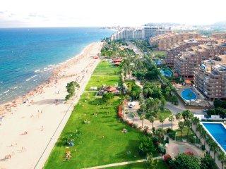 Vista panorámica de la playa con gran parte de cesped.