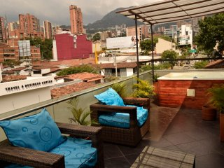 7 BR/2 Jacuzzi Private Apartment-Parque Lleras