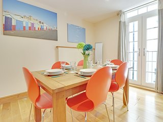 Pebble Mews House - 3 Bedrooms Sleeps up too 8 guests