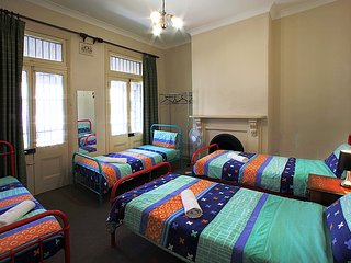 4 Bedrooms Victorian Terrace CITY Holiday Home