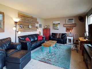 Lake view condo across the street from a beach & marina - 1 dog welcome!