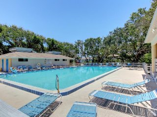 Family condo w/ all the essentials, shared pool & hot tub - walk to the beach!