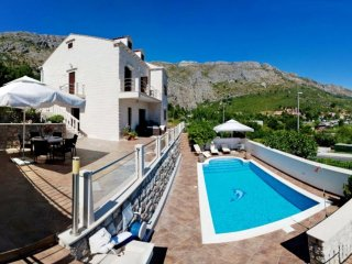Villa Mozara - Four-Bedroom Villa with Terrace and Private Pool