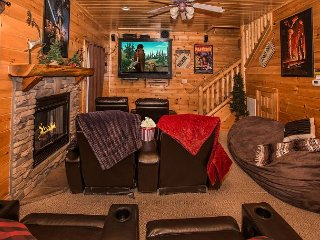 LUXURIOUS 5/4 CABIN WITH THEATER, GREAT MOUNTAIN VIEWS & FANTASTIC LOCATION!