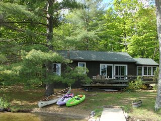 Lake Muskoka 4 BR Cottage, Sandy Beach, Sunny Decks, Private