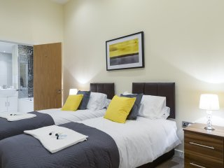 Grand Springs, 2 Bed Apartment In City Centre, Stone's Throw To Station