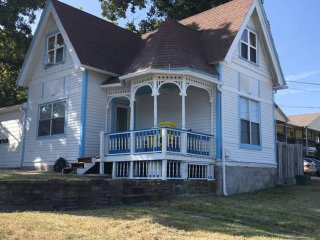 Southern Style Victorian with Front Porch nr University of Arkansas (5 min walk)