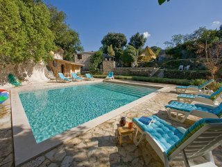 CAVE ROMANA  UP TO 11 comfy  stone holiday house with large HEATED pool. 6K PULA