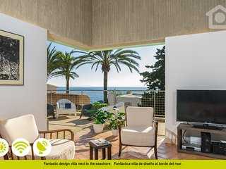 LUXURIOUS AND MODERN VILLA ON THE SEA FRONT - DIRECT ACCESS TO THE BEACH -
