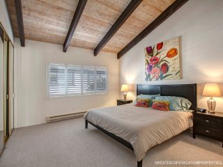 Pacific Pines - Spacious Condo in the Heart of Pacific Beach