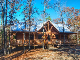 Luxurious and rustic LOG CABIN 2 King Master Suites/Hot Tub/Fireplace/Wifi