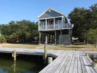 ADORABLE SEASIDE COTTAGE W/ PRIVATE BOAT DOCK, LIFT & VIEWS!  FALL SPECIAL!!!!