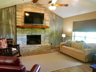 The River House- 3BDR/2BTH- Sleeps up to 10 along the San Marcos River!!!