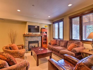 Central Mammoth Lakes Townhome w/ Private Hot Tub