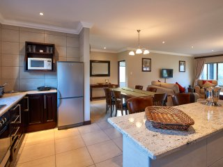 2 bedroom en-suite house with mountain views next to Golden Gate Reserve