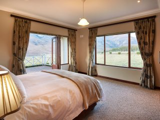 3 bedroom en-suite house with mountain views next to Golden Gate Reserve