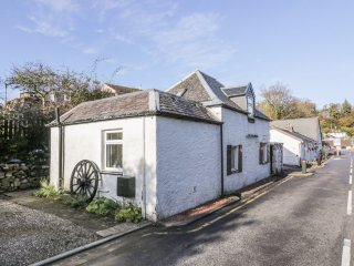 THE COACH HOUSE, mezzanine bedroom, centre of Oban, WIFI, Ref 970865
