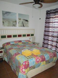 Habitación matrimonio con cama de 150, aire acondicionado y ventilador de techo