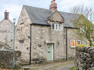 SUNDIAL COTTAGE, wood burners, beautiful garden, pet friendly, in Brassington, R
