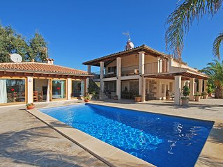 COUNTRY VILLA WITH LARGE CAPACITY AND PRIVATE POOL