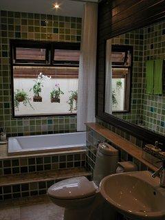 The bathroom ensuite of the queen bed bedroom.