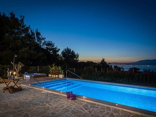 Beach House Mir by the sea close to the center with jacuzzi in Mirca - Brac