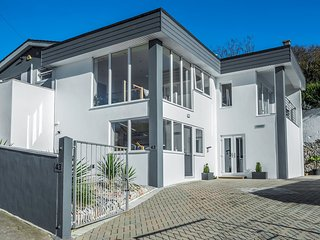 LUXURY ARCHITECT DESIGNED Self Contained Contemporary Two Bedroom DELUXE SUITE