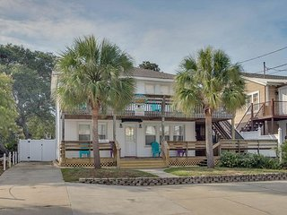 Newly Refurbished - 3rd Row, Beach House w/6 Bedrooms, 3 Bathrooms, Sleeps 17