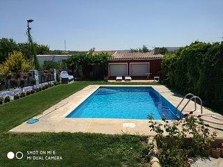 casa de campo con piscina y chimenea