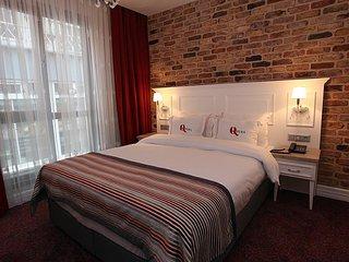 Georgeus Q Pera Superior Room Very Close to Square