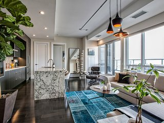 Panoramic Luxury Penthouse Suite with Terrace and Rogers Centre View
