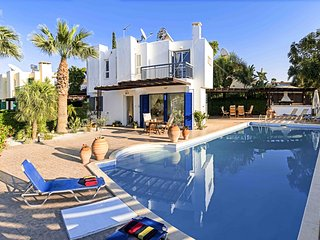 Villa iA, Fig Tree Bay 10 mins, Super Pool & BBQ, Sleeps 8
