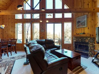 Gorgeous chalet w/shared pool, private hot tub, golf, & superb resort amenities