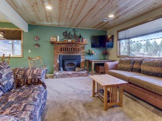 Mountainview cabin with spacious upper deck & fireplace, close to ski slopes